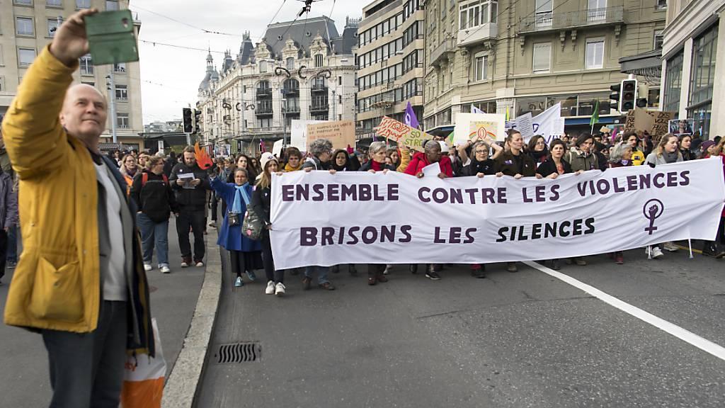 Über 2000 Personen demonstrieren gegen Gewalt an Frauen