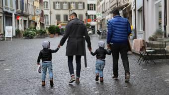 Die beiden Väter Michael und Rhosan in der Lenzburger Altstadt mit ihren Zwillingskindern Rafael und Rahul.