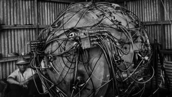 Zum Glück zu anspruchsvoll in der Herstellung für Terroristen: «The Gadet», der erste atomare Sprengsatz, kurz vor seiner Zündung am 16. Juli 1945. Der Physiker Norris Bradbury sorgt dafür, dass ihm nichts passiert.