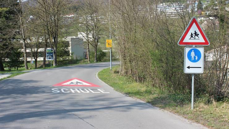 Achtung Schule - in Biberstein werden die Autofahrer auf die Schulkinder hingewiesen.