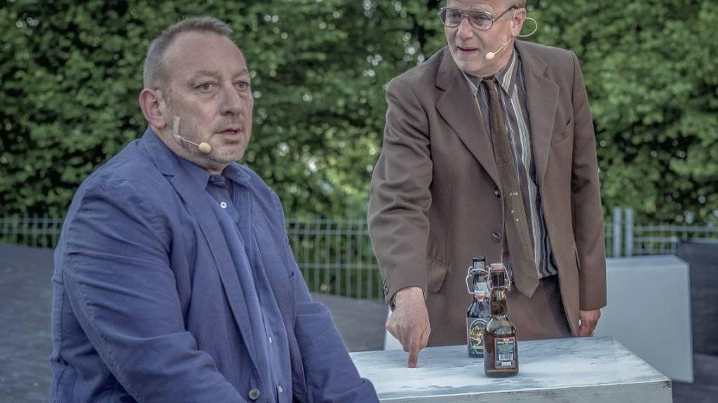 Fredi Stettler (l) als Behringer und Markus Maria Enggist als Hans in «Die Nashörner» des Freilichttheaters Gurten. (Pressebild)