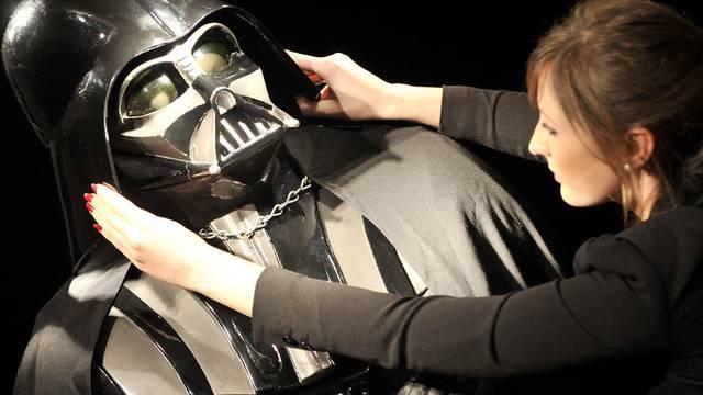 """Eine Christie's-Mitarbeiterin mit dem """"Darth-Vader""""-Kostüm"""