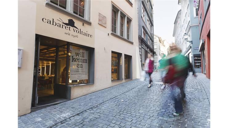 Im Cabaret Voltaire, Spiegelgasse 1, Niederdorf, Zürich, wurde 1916 der Dadaismus gegründet.