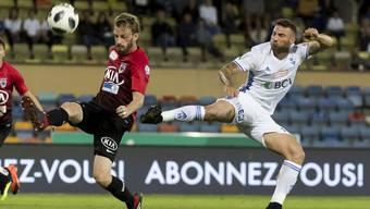Lausanne (rechts) und der FC Aarau (links Schindelholz) spielten bislang zwei Mal Unentschieden.