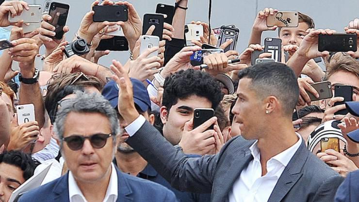 Italien im Ronaldo-Rausch: Cristiano Ronaldo winkt in Turin den filmenden Tifosi zu