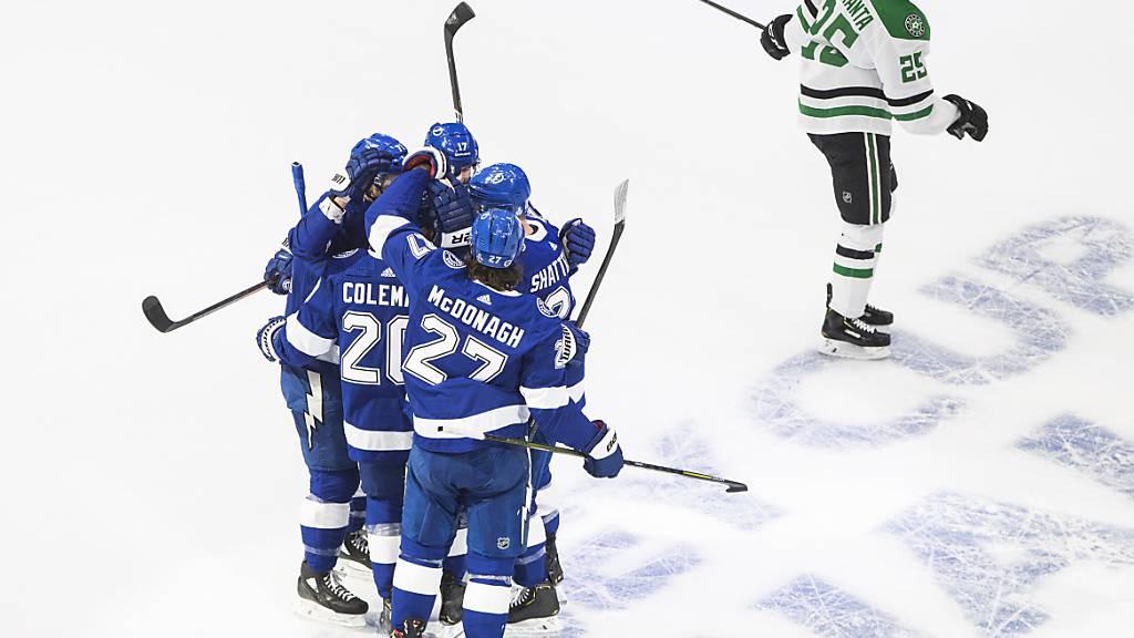 Die Blauen jubeln, die Grün-Weissen lassen den Kopf hängen: Die Spieler von Tampa Bay Lightning feiern den Treffer von Kevin Shattenkirk.