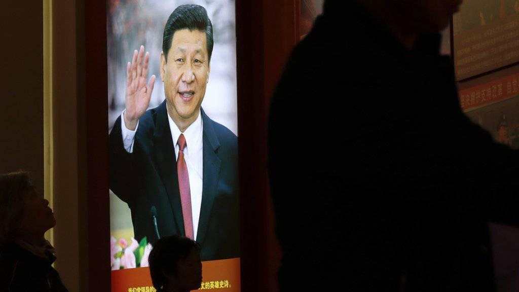 Porträt des chinesischen Staatschefs Xi Jinping in einem Museum in Peking. Für Xi ist eine Kooperation mit den USA - auch unter dem designierten Präsidenten Trump - die einzige angemessene Option. (Archiv)