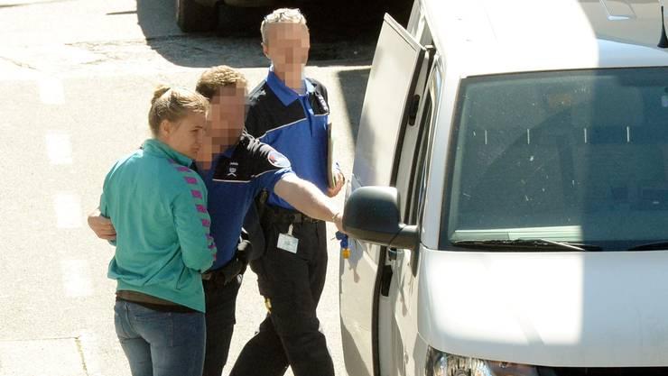 In Chiasso übernahmen Schweizer Polizisten Angela Magdici. Die Gefängniswärterin floh zusammen mit dem Häftling Hassan Kiko Anfang Februar aus dem Gefängnis Limmattal. Am Karfreitag wurden die beiden in Italien verhaftet.