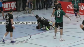 Handball: Das Rencontre von Milan Skvaril, Topskorer des HSC Suhr Aarau, mit Wacker Thuns Nicolas Raemy in Spiel 4 der Playoff-Viertelfinalserie der Saison 2018/19.