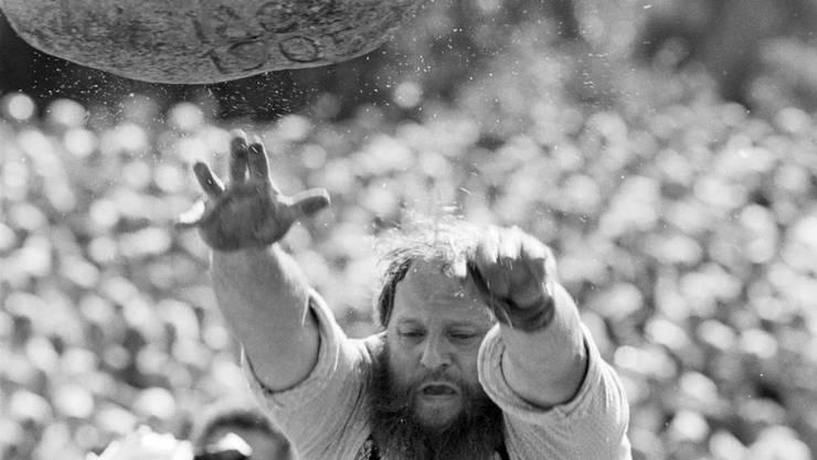 Sepp Ambauen beim Unspunnenfest in Aktion beim Steinstossen, aufgenommen am 6. September 1987.