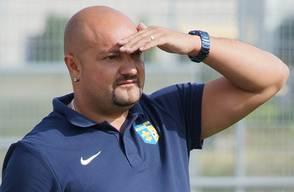 Nach vier Jahren ist Antonio Caputo zurück beim FC Schlieren. Mit dem 45-jährigen Italiener kehrt jener Mann auf das Zelgli zurück, welcher im Sommer 2014 den Verein als Chefcoach in die 2. Liga geführt hatte, dies notabene nach 27 Jahren Absenz. Caputo setzte mit diesem Aufstieg seinen drei Jahren an der Seitenlinie des FC Schlieren die Krönung auf. Nach der Promotion führte er das Team direkt auf Rang drei. Danach überliess er seinen Platz seinem Nachfolger Davide Molinaro und wurde unter dem damaligen Vereinspräsidenten Mauro Fulginei Sportchef. Im Sommer 2016 verliess Caputo das Zelgli wieder, ging als Trainer zum eben in die 3. Liga abgestiegenen FC Birmensdorf und stoppte dort mit einem zweiten Schlussrang den sportlichen Niedergang kurzzeitig. 2017 heuerte er beim FC Altstetten an und führte Grünweiss als Cheftrainer gleich zurück in die 2. Liga. Nun kehrt Caputo wieder auf die Limmattaler Bühne zurück und übernimmt beim FC Schlieren zum zweiten Mal nach 2015 den Posten des Sportchefs.