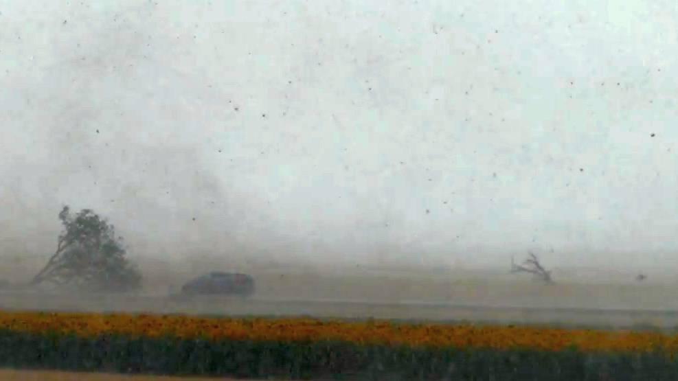 «So nahe sollte man nur an einen Tornado heran, wenn man weiss was man tut», schreibt Mortimer M. Müller zu seinem Video.