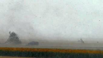 Als dann ein PKW direkt in den Sturm hineinfährt, kann er nur noch fluchen.