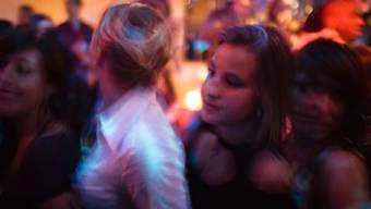Tanzen in der Disco ist wieder erlaubt, wenn man seinen Namen angibt. Aber lohnt sich der Betrieb nur bis Mitternacht?