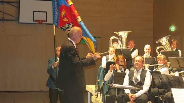 Präsident Rolf Gasser (sitzend) geniesst als Zuhörer den Marsch «Vivat Lucerna»