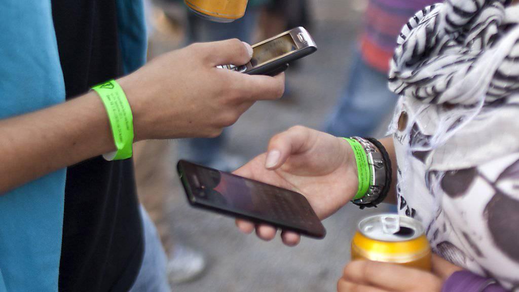 Wirtschaftlich unsichere Zeiten hemmen die Konsumlust. Darum gehen in diesem Jahr wohl auch die Ausgaben für Handys zurück. (Symbolbild)