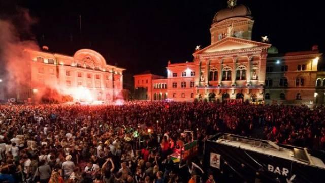 10 000 Menschen trinken und festen an der «Tanz dich frei»-Party auf dem Bundesplatz. Foto: Raphael Moser
