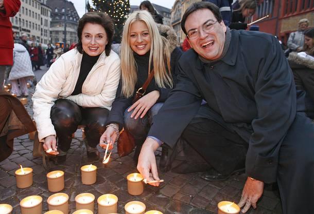 Andres Albrecht im Dezember 2006 zusammen mit Ex-Miss Crista Rigozzi und Bankrätin und SP-Ständerätin Anita Fetz bei der Caritas-SolidaritŠtsaktion «1 Million Sterne» auf dem Marktplatz in Basel.