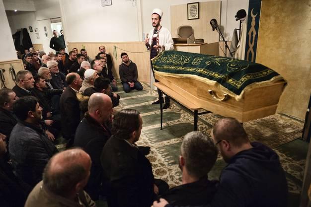 Moschee Lenzburg. Abdankungsfeier für die 19-jährige Elida, die in Lenzburg von einem 80-jährigen Raser auf einem Fussgängerstreifen überfahren worden ist und verstarb. Photo by Roland Schmid