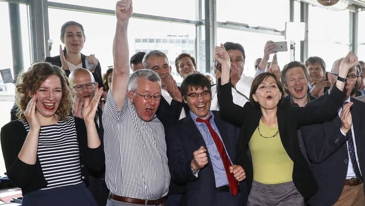 Laura Curau (Kampagnenleiterin CVP), Alt-Nationalrat Ruedi Rechsteiner, Beat Jans (Nationalrat SP-BS), Roger Nordmann (Nationalrat SP-VD), Matthias Aebischer (Nationalrat SP-BE), Regula Rytz (Parteipraesidentin Gruene), Jonas Fricker (Nationalrat Gruene-AG), Stefan Mueller-Altermatt (Nationalrat CVP-SO), von links, und weitere Befuerworter der Energiestrategie 2050 jubeln nach Bekanntgabe der ersten Hochrechnung, im Hauptquartier der Befuerworter der Energiestrategie 2050, am Sonntag, 21. Mai 2017 in Bern. (KEYSTONE/Peter Klaunzer)