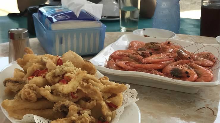 Mittagspause im Fischerdorf. Das Essen schmeckt köstlich.