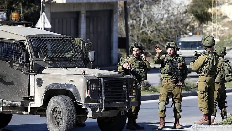 Israelische Soldaten bei Hebron im Westjordanland: Bei einem Zwischenfall an einem israelischen Grenzposten nordwestlich von Ramallah starb eine Frau, die den Posten mit dem Auto rammen wollte.