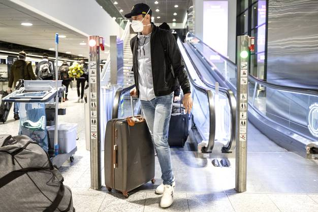 Der Schweizer Starspieler Andy Schmid am Flughafen Zürich vor der Abreise an die WM nach Ägypten