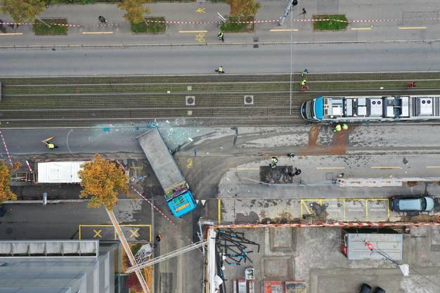 Dieses Tram in Zürich wurde am Montagvormittag auf einer Länge von 13 Metern aufgeschlitzt. Grund ist ein Lastwagen der rückwärts fuhr.