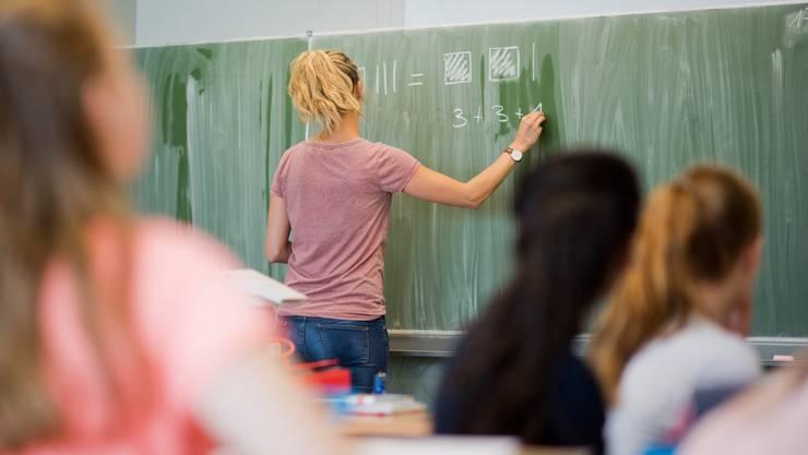 Gegen die Lohnerhöhung für Lehrpersonen regt sich Widerstand. (Symbolbild)