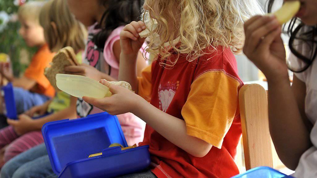 """Nüsse verboten: An manchen Schweizer Schulen dürfen Kinder zum """"Znüni"""" oder """"Zvieri"""" nichts essen, was Nüsse enthält. (Symbolbild)"""