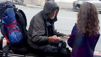 Grosszügige Spende eines kleinen Mädchens: Ella bringt ihr Essen einem Obdachlosen.