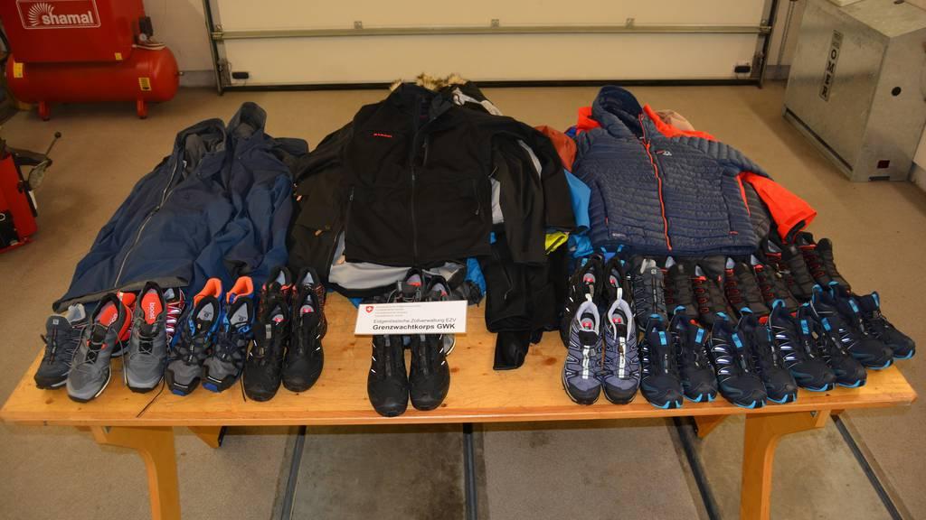 43 Jacken und 22 Paar Sportschuhe hatten die beiden Diebe gestohlen