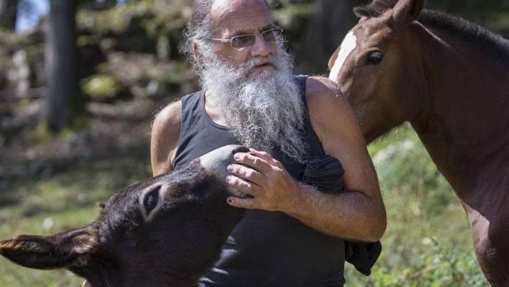 Der Autor Jean-Pierre Rochat, während einem Besuch auf seinem ehemaligen Bauernhof, am Freitag.