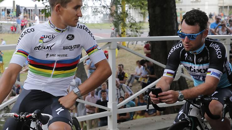 Vor dem Start nahm es Mark Cavendish (r) noch gemütlich. Heute im Finish will er aber Gas geben