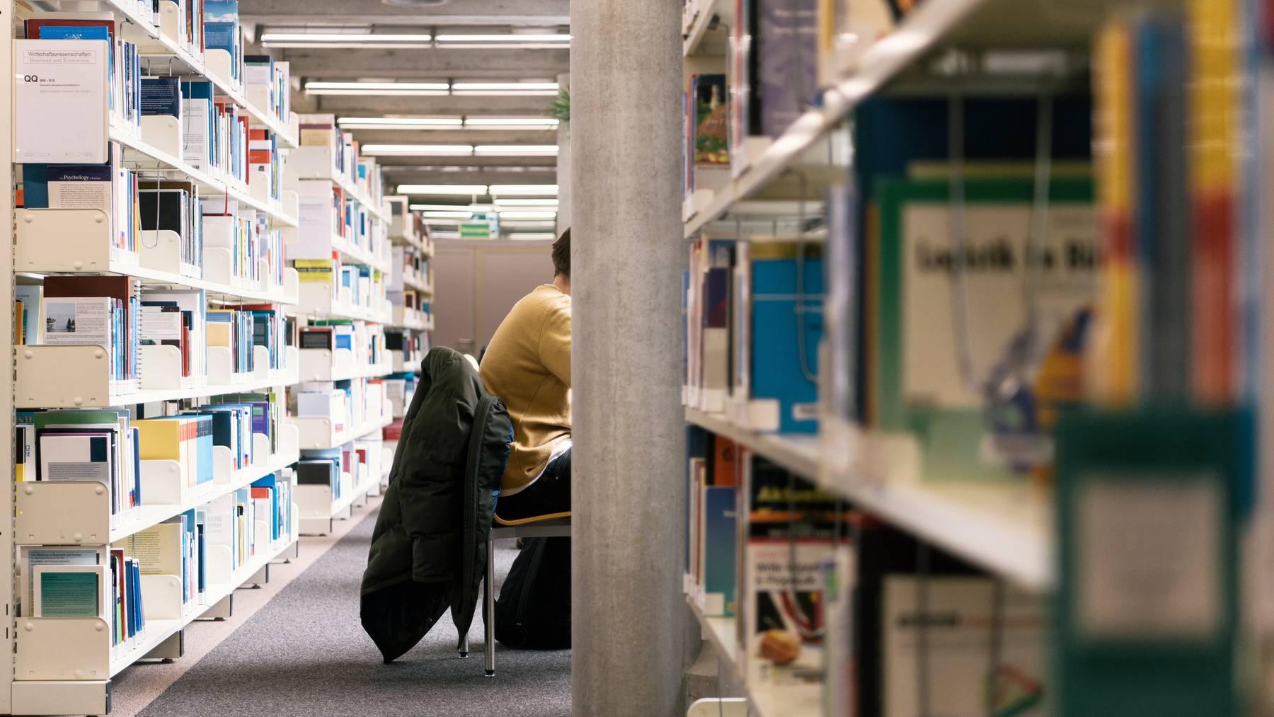 Einfacher Recherchieren: Mit Swisscovery haben Nutzer Zugriff auf über 40 Millionen Bücher und 3 Milliarden elektronische Artikel. (Symbolbild)