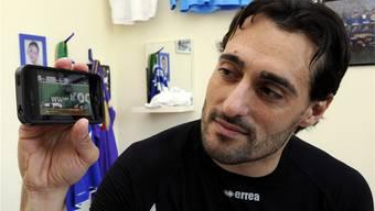 Wohlens Goalie Giovanni Proietti schaut sich die famose Szene mit seinem missglückten Absatztrick auf dem Handy an.