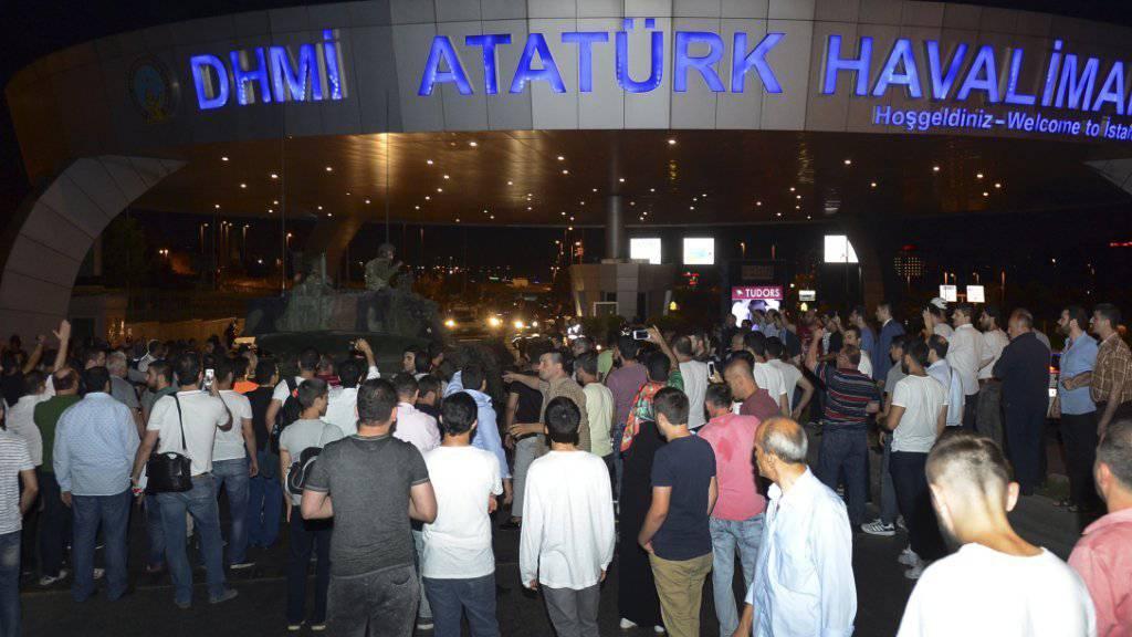 Menschen umringen einen Panzer am Flughafen von Istanbul. Staatspräsident Recep Tayyip Erdogan landete dort am frühen Samstag Morgen.