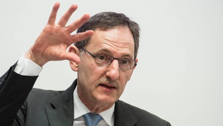 Der Zürcher Regierungspräsident wehrt sich mit Tortendiagrammen und Zahlenreihen.