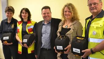 Vier Defibrillatoren, drei Feuerwehr-Sanitätschefinnen und zwei Männer (von links): Brigitte Huwiler, Astrid Rodel, Produktevertreter Peter Maldini, Nicole Tschudin, Samaritervereinspräsident Hanspeter Schoch. sl