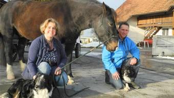 Caroline und Patrick Meier mit ihrem Kutschenpferd Zoro und zwei Hütehunden (links «Blue») vor dem neuen Fonduewagen.