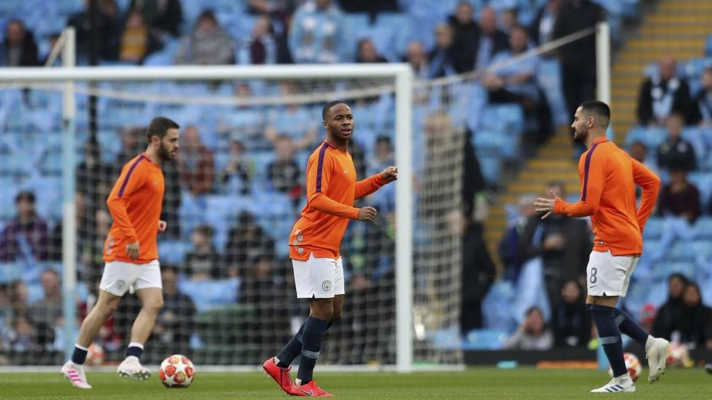 Spieler von Manchester City wärmen sich auf.