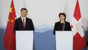 Anlässlich des Staatsbesuchs des chinesischen Präsidenten Xi Jinping in Bern wurden am Montag bei Delegationsgesprächen verschiedene Absichtserklärungen zur Zusammenarbeit unterschrieben, darunter ein Memorandum of Understanding zur Weiterentwicklung des Freihandelsabkommens sowie eines zur Entwicklungszusammenarbeit.