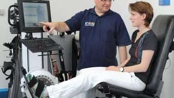 Genau dosierte Therapie: Gaby Huber trainiert ihre Achillessehne am BTE, unterstützt von Michael Phieler, dem Leiter der Physiotherapie am Kantonsspital Baden. Stefan Wey / KSB