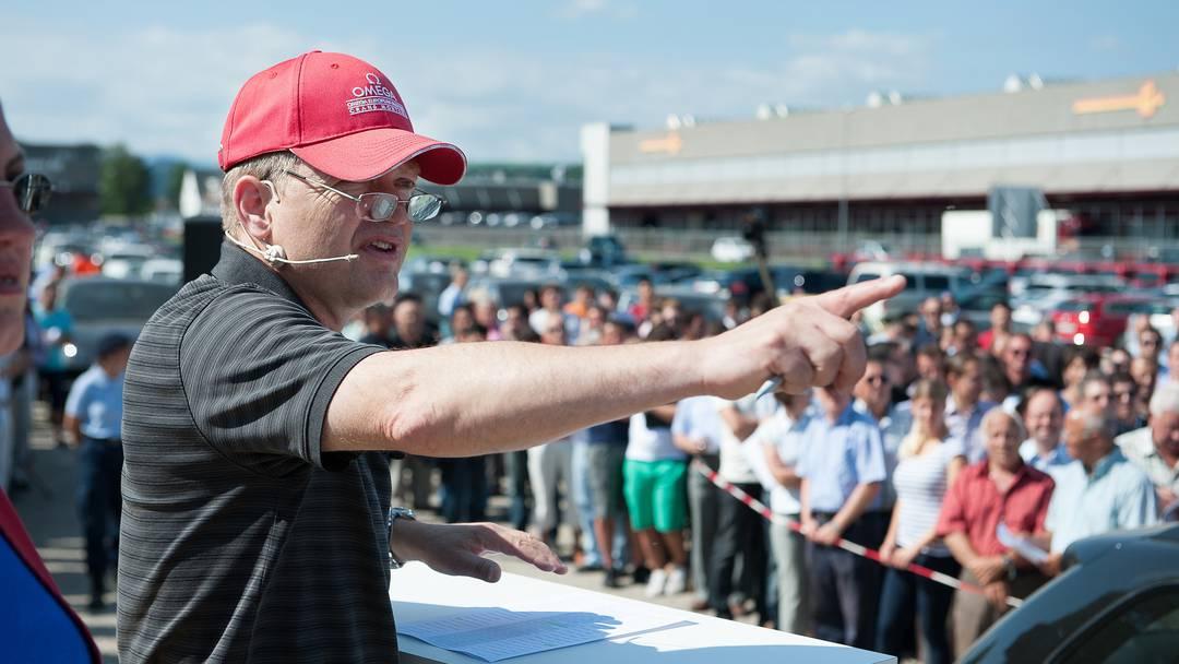 Hier versteigert Liquidator Jakob Aeschlimann im Auftrag der Aargauer Staatsanwaltschaft ein Porsche Cayenne