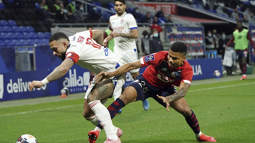 Lyons Memphis Depay (links) gegen Lilles Reinildo Isnard Mandava