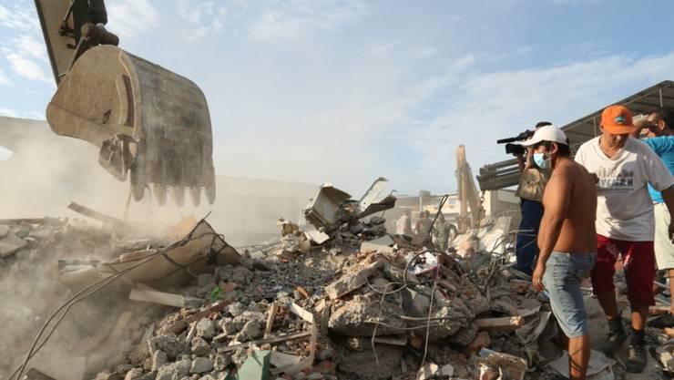 Ein Bulldozer gräbt sich in der Stadt Portoviejo durch Trümmer. Beim schwersten Erdbeben in Ecuador seit Jahrzehnten gelten noch hunderte Menschen als vermisst. Über 270 Tote sind bestätigt.