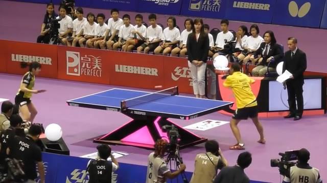 Tischtennis-Künstler ohne Arme begeistert das Netz