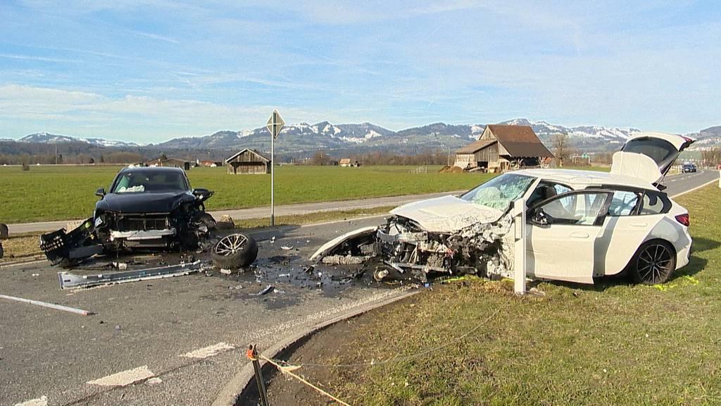 Reichenburg SZ: Frontalkollision fordert sechs teils lebensbedrohlich Verletzte