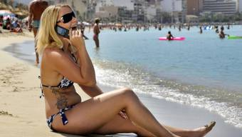 Eine deutsche Touristin telefoniert auf Mallorca (Symbolbild)