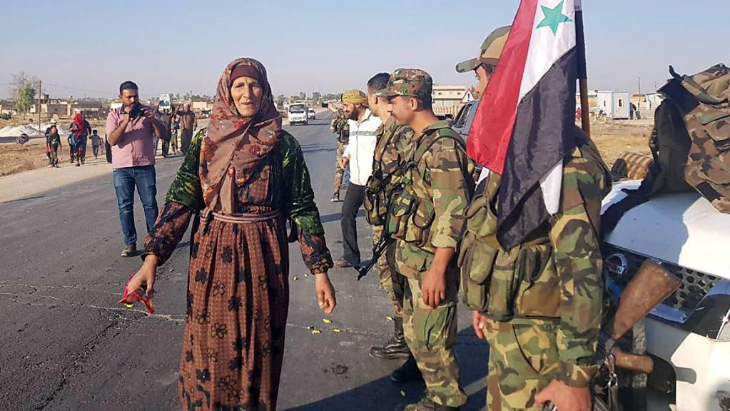 Syrische Regierungssoldaten sind am Montag auch in der Stadt Tall Tamar nordwestlich von Al-Hassaka angekommen.